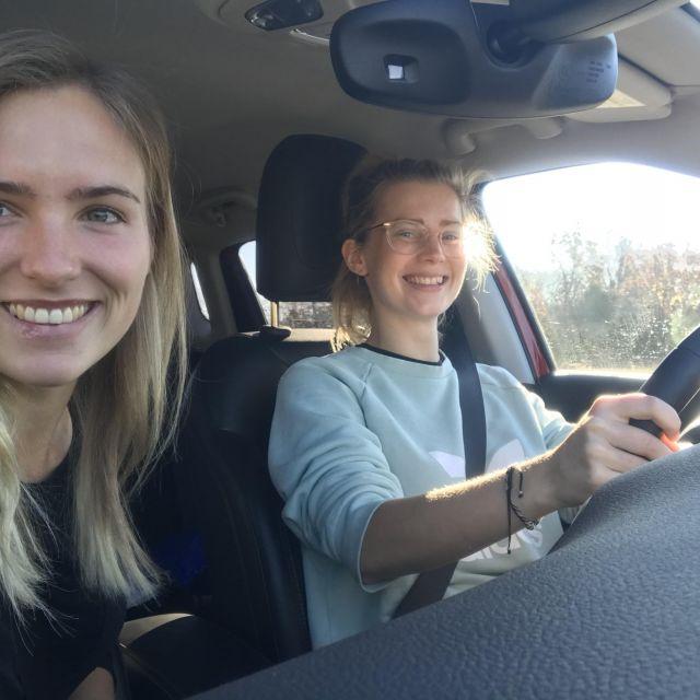 Zwei Studentinnen im Auto.