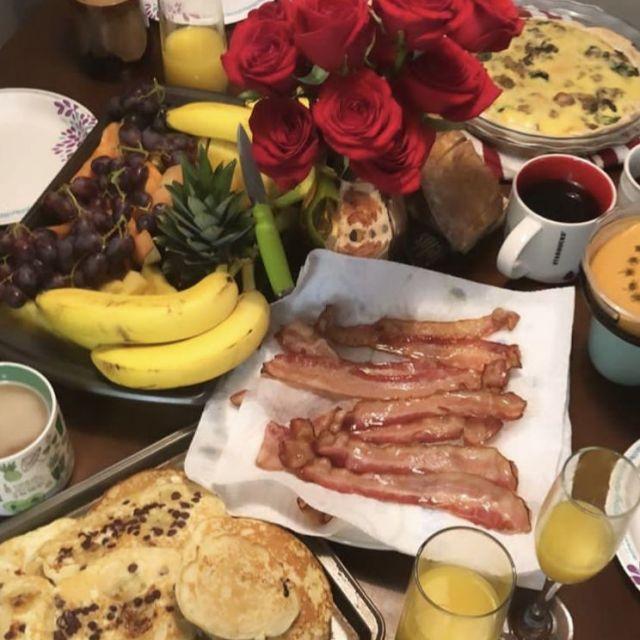 Ein gedeckter Frühstückstisch.