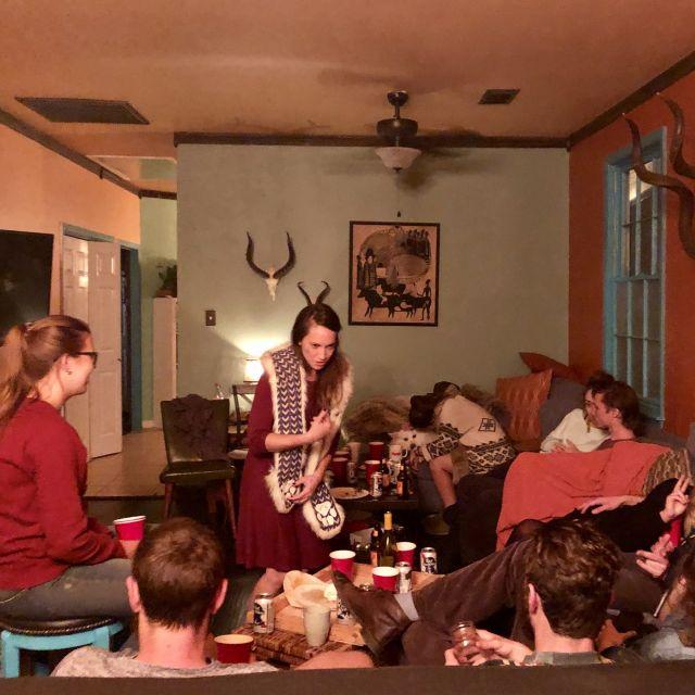 Eine Gruppe Studentinnen und Studenten in einem Wohnzimmer in den USA.