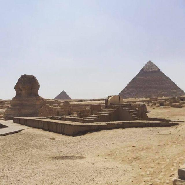 Sphinx mit den Pyramiden im Hintergrund