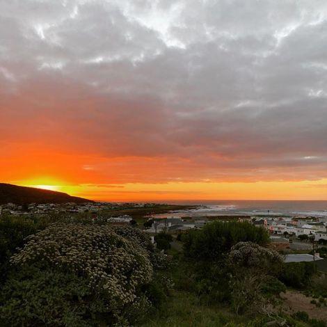 Es heißt die Sonnenaufgänge und Untergänge in Kapstadt sind leuchtend rot,…