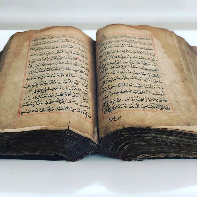 Ein 914 Jahre alter Koran. Handgeschrieben aus dem Mogul Reich. Was ist der…