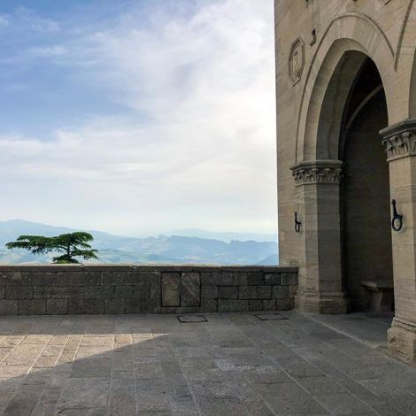 San Marino seems to be built on top of the world. #tbt #erlebees #shorttrip…