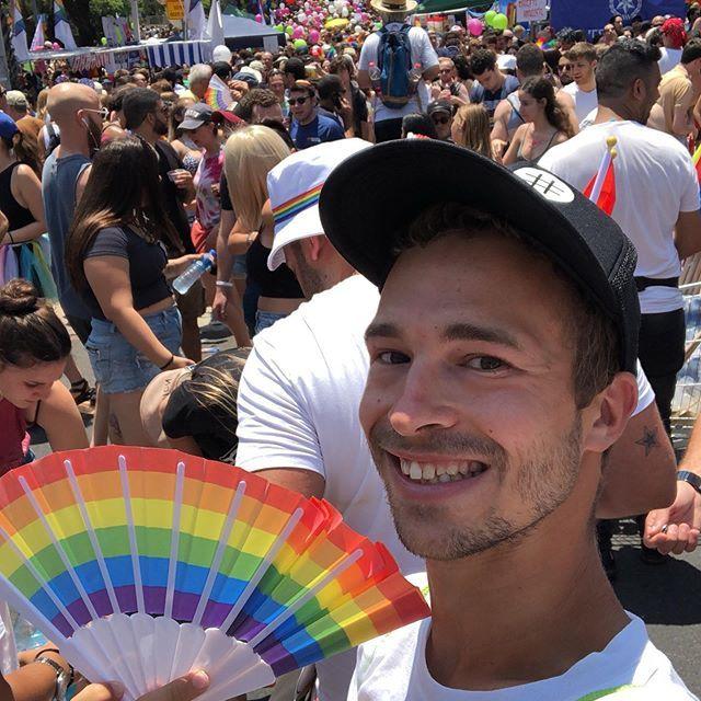 Am vDank meines Fächers habe ich die sommerlichen Temperaturen und Menschenmassen auf der Pride Parade gut überstanden.ergangenen Freitag habe ich an der Pride Parade in Tel Aviv teilgenommen,?