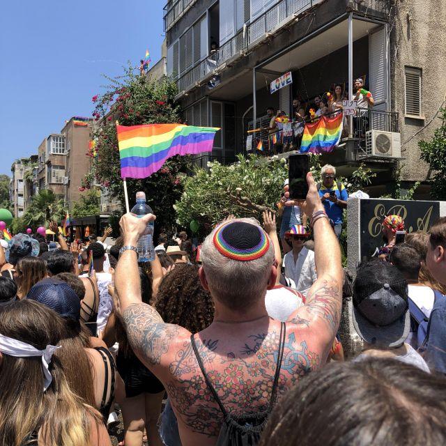 Ein Jude mit LGBT-Kippa auf der Parade