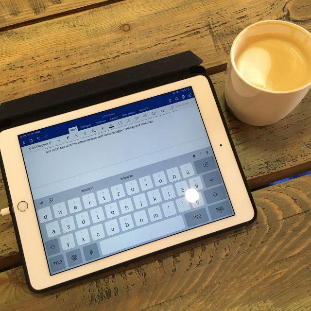 iPad und Kaffeetasse