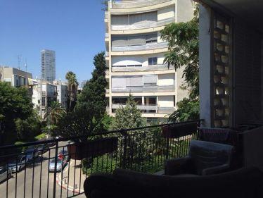 Mein Balkon und die Aussicht machten die hohen Mietkosten erträglicher.