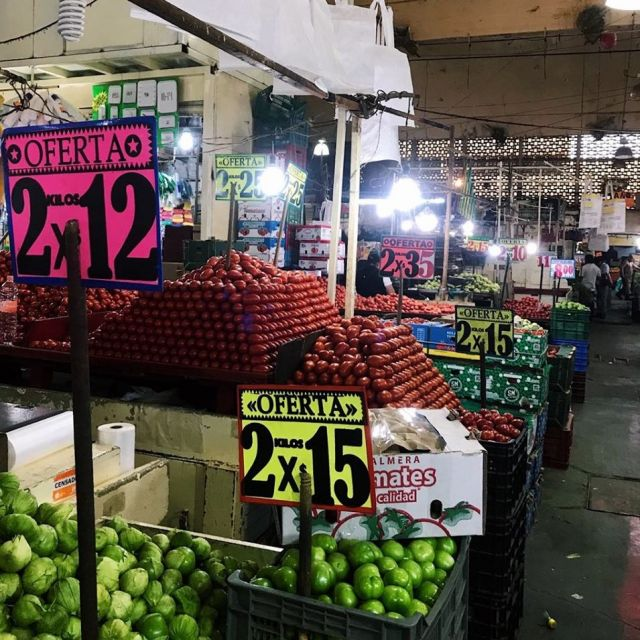 Getürmte rote und grüne Tomaten im Mercado de la Merced