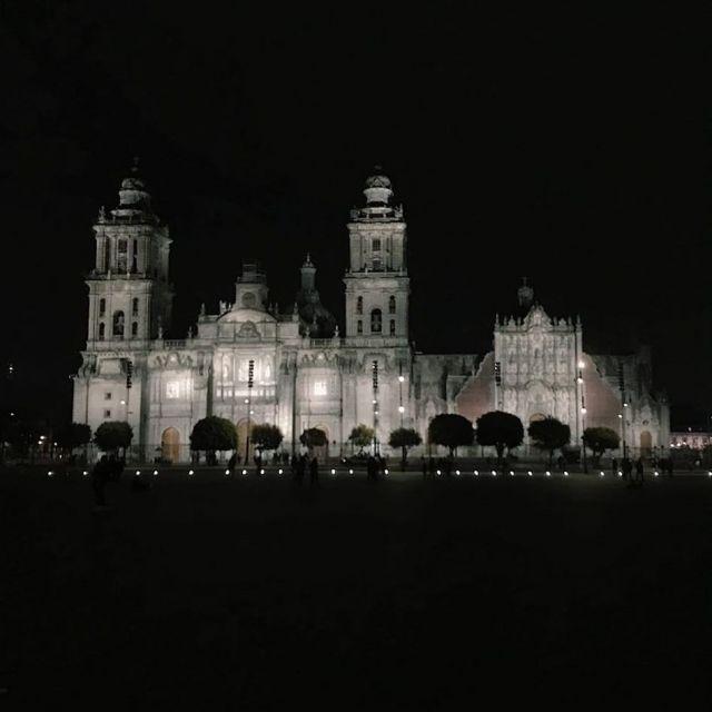 Beleuchtete Kathedrale von Mexiko-Stadt bei Nacht
