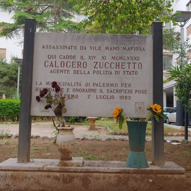 Eine der vielen Gedenktafeln für die Opfer der Mafia, die überall im Stadtbild Palermos zu sehen sind.