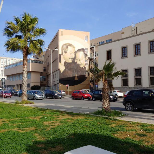 Das riesige Gemälde der beiden berühmten Kämpfer gegen die Mafia, Falcone und Borsellino im Hafen von Palermo.