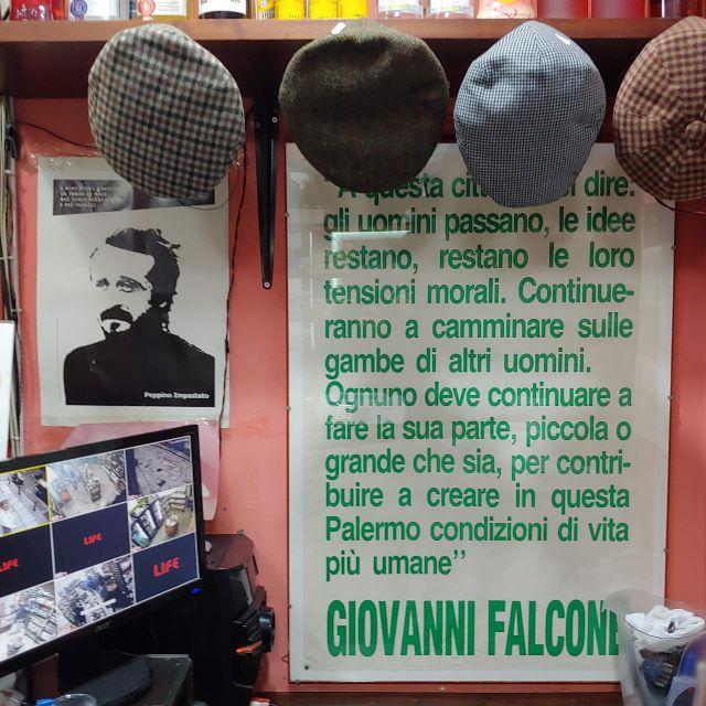 Neben Falcone und Borsellino ist auch das Gesicht von Peppino Impastato in vielen Läden präsent.