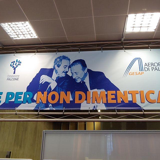 Plakat am Flughafen von Palermo, der nach den Anti-Mafia-Kämpfern benannt wurde.