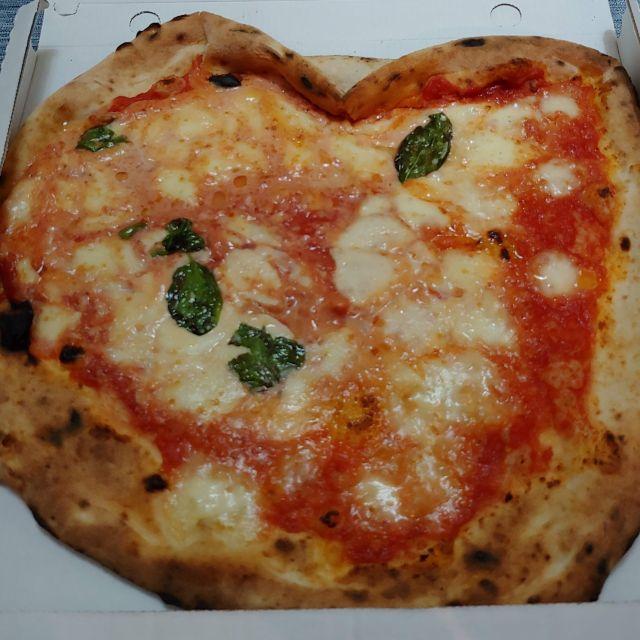 Die Herzform der Pizza spricht Bände: Nur Liebe für die Pizza von Di Matteo aus Neapel. Schlichtweg eine perfekte Pizza.