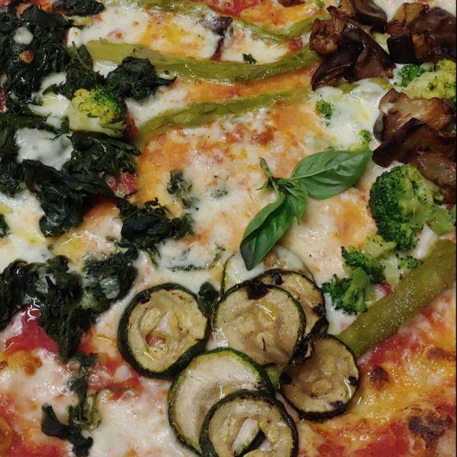 Eine sehr gute Pizza. Leider außerhalb und etwas teuer, lohnt sich aber allemal! Die Pizza ist belegt mit verschiedenem saisonalen Gemüse.