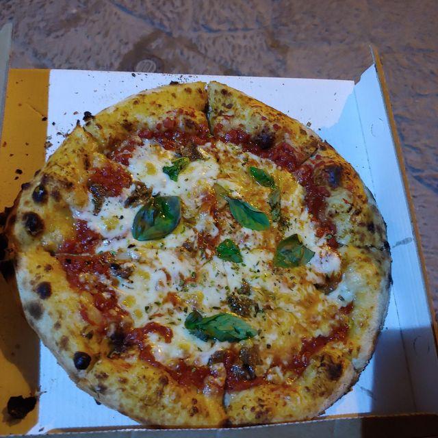 Ein sehr dicker Rand, der Käse perfekt zerlaufen und eine Soße aus sizilianischen Tomaten. Das macht die Pizza von Voglia di Pizza aus, bei der ich wöchentlich zu Gast war.