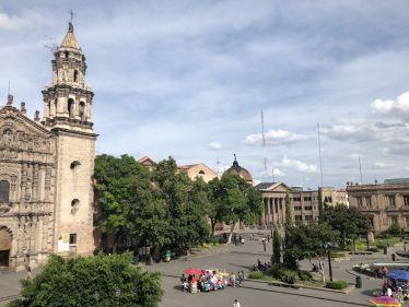 Öffentlicher Platz mit Kirche und Theater im Hintergrund