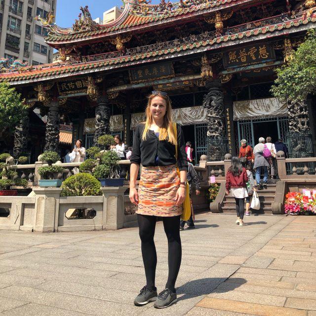 Corinna vor einer Sehenswürdigkeit in Taipeh.