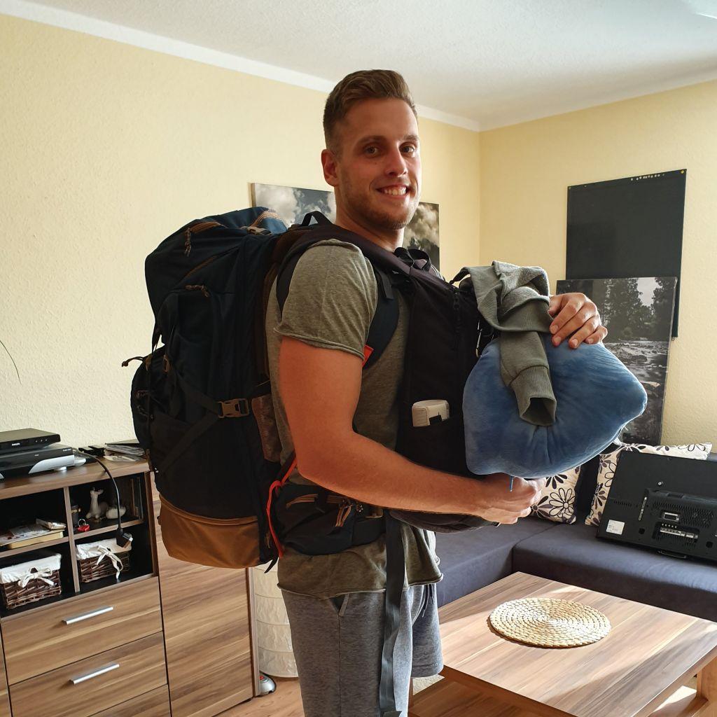 Ich mit Reiserucksack auf dem Rücken
