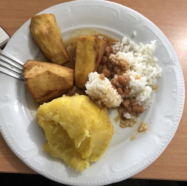 Matoke, Bohnen, Reis, Süßkartoffeln