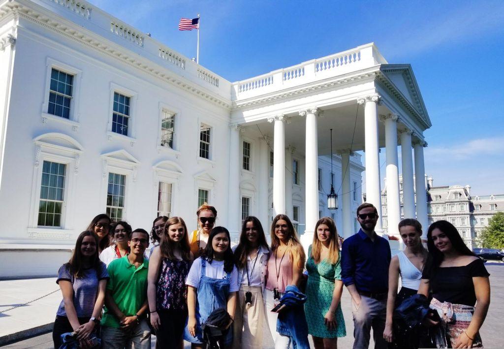 Internationals vorm Weißen Haus