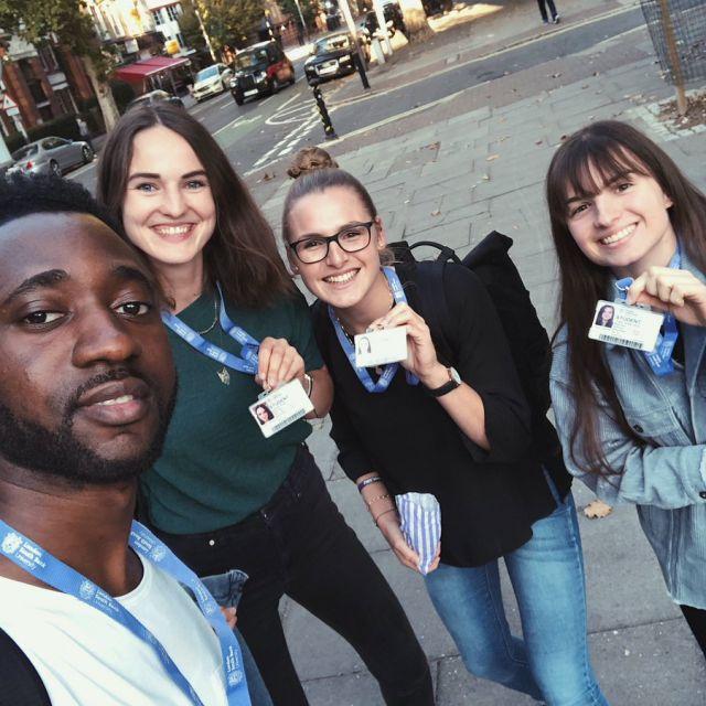 In England tragen die meisten Studenten ihren Studentenausweis um den Hals, da…