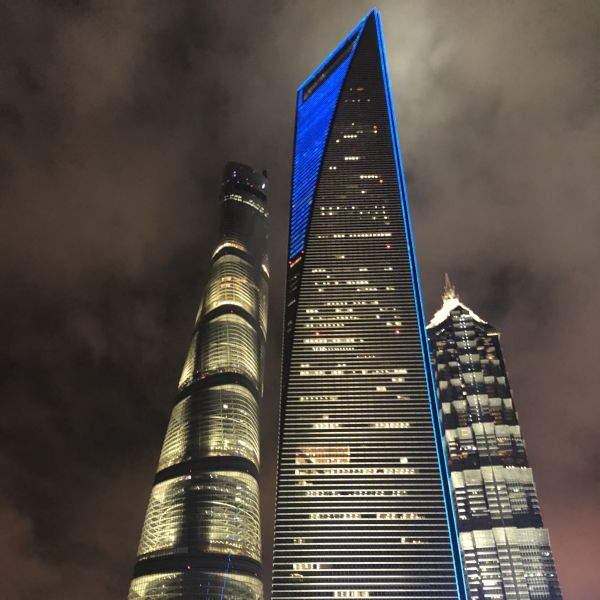 Shanghai Tower, Bottle Opener bei Nacht