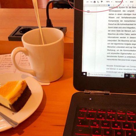 Ich habe: Tee, Kuchen, eine unfertige Bachelorarbeit, einen ungepackten Koffer…