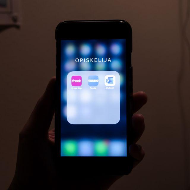 Handy mit drei Applogos auf dem Bildschirm