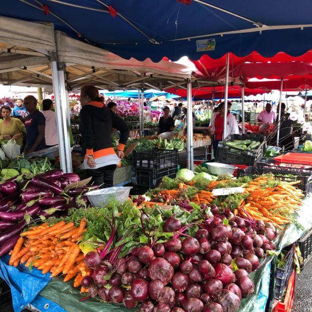 Rote Beete und Möhren an einem Marktstand