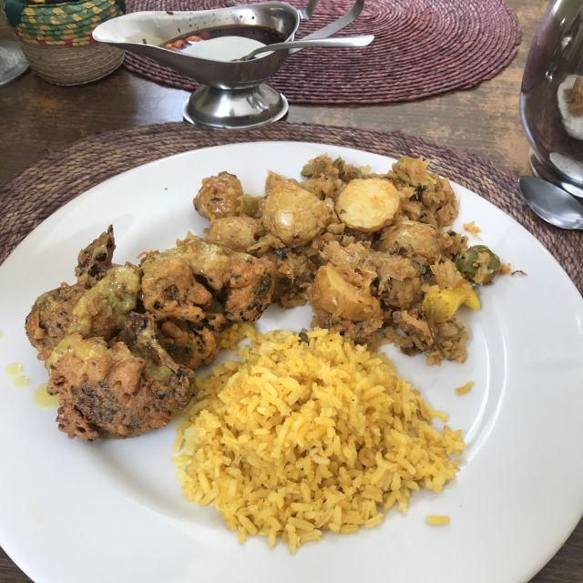 Teller mit Reis und frittiertem Rosenkohl