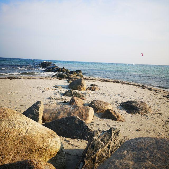 Steine am Strand mit dem Meer im Hintergrund
