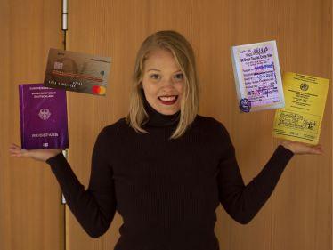 Ich mit meinem Reisepass, Impfausweis und meiner Kreditkarte.