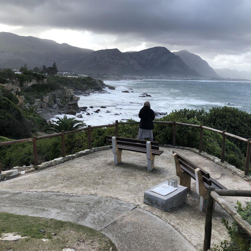 Von der Aussichtsplattform in Hermanus sieht man Berge, Wellen und bei schönem Wetter auch Wale.