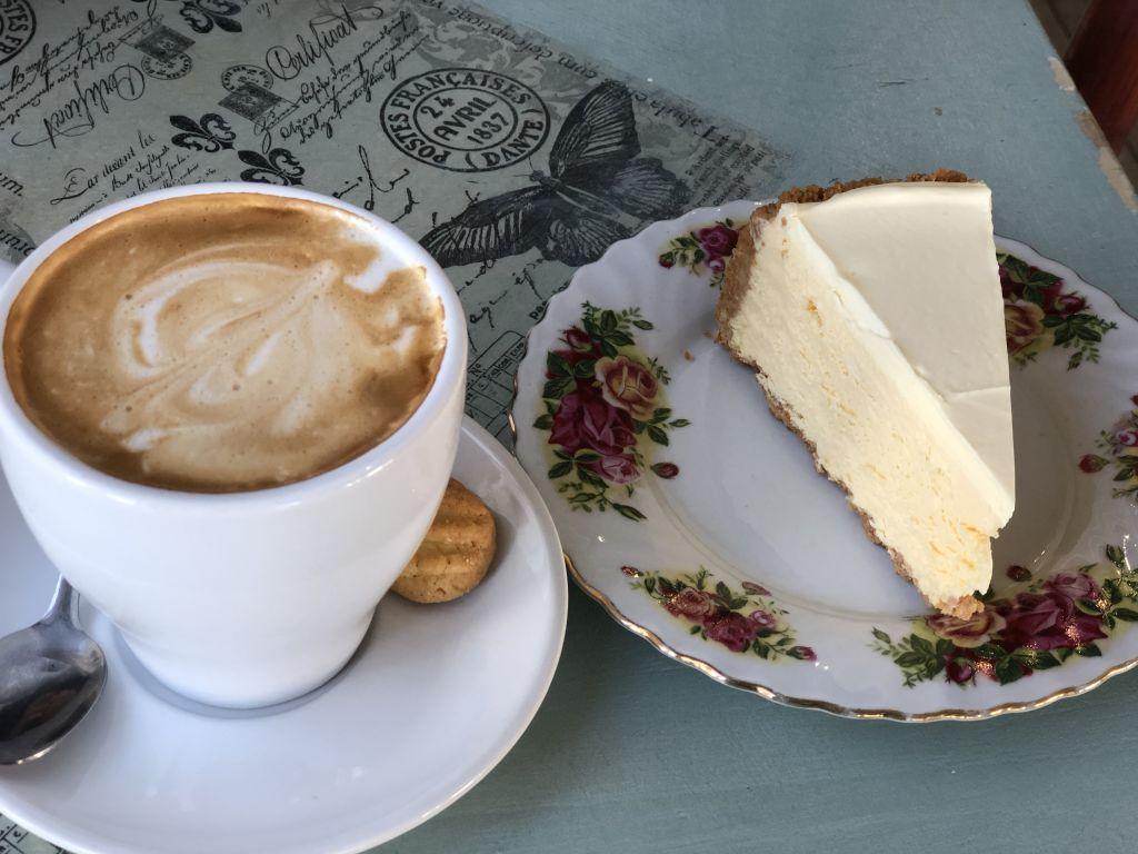 Zum besten Cheesecake, den ich je gegessen habe, gibt es Cappucciono.
