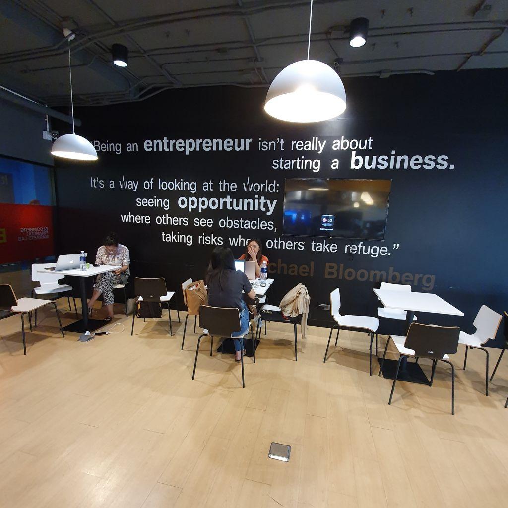 Ein Transparent zum Thema Entrepreneurship, das großgeschrieben wird.