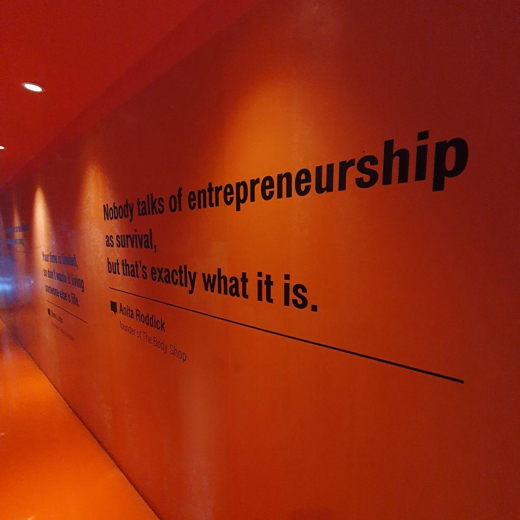 Ein Schriftzug zum Thema Entrepreneurship, das auch mit Überleben zu tun hat.