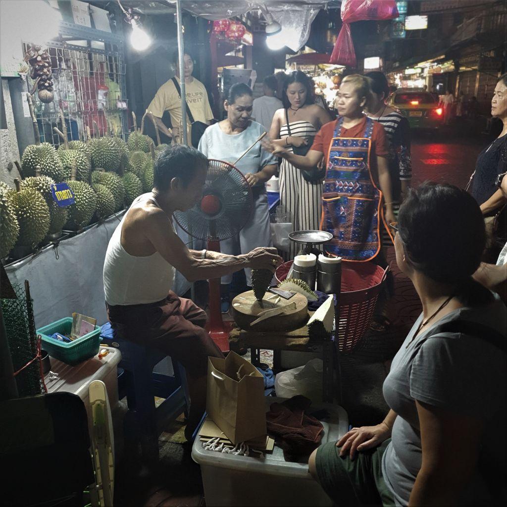 Ein Straßenhändler im Viertel Ramkhamhaeng
