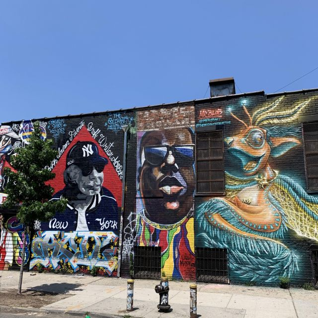 blauer Himmel, Wand in Brooklyn mit StreetArt.