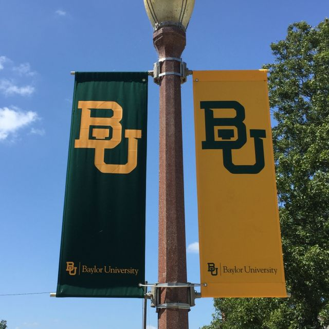 Flaggen mit dem Logo der Baylor-Universität