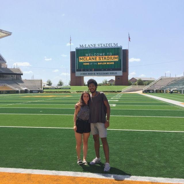 Student Leroy mit einer Freundin im Footballstadion seiner Uni in Texas.