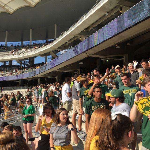 Fans bei einem Footballspiel.