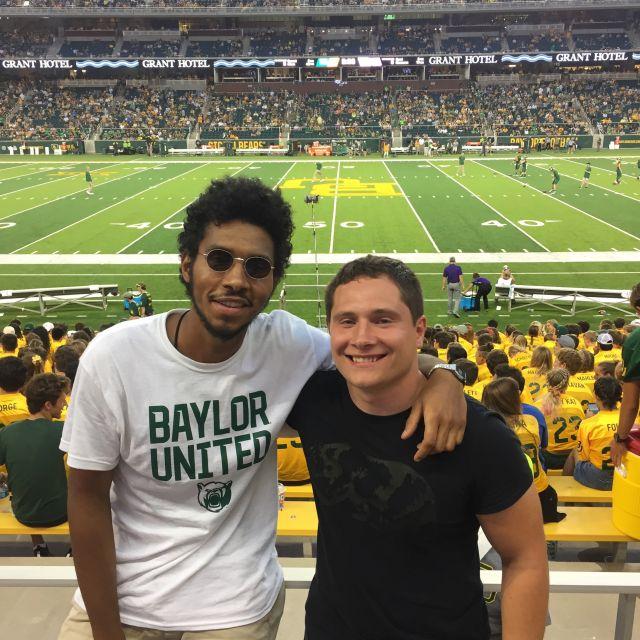 Student Leroy mit einem Freund im Footballstadion.