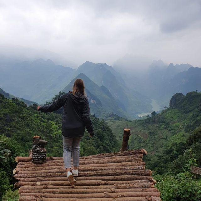 Ich, vor der super schönen Landschaft beim Ha Giang Loop