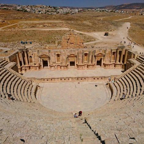 Jerash ( جرش) liegt ca. 40 km nördlich von Amman und gilt als einer der…