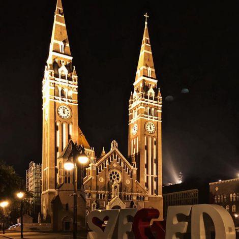 •Die Kathedrale und der Vorplatz bei Nacht.🌙•…