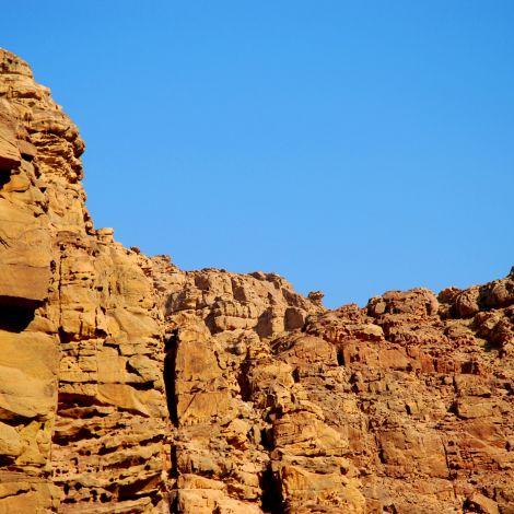 In Jordanien steigen Bergketten meist aus weiten Trockentälern, den Wadis,…