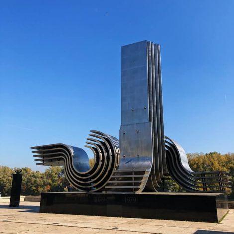 """•Dieses Denkmal erinnert an die """"Große Flut"""" in Szeged im Jahre 1879.…"""