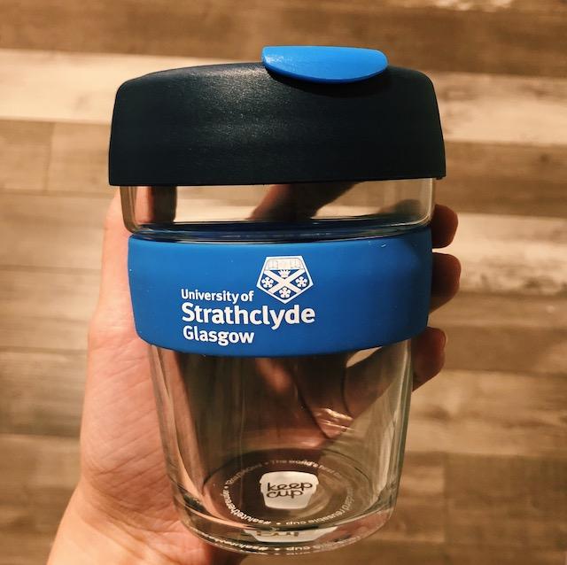 Mein Kaffeebecher - damit spare ich bei jedem Kaffee etwa 30 Cent. Und ein schönes Souvenir für zuhause ist der Becher auf jeden Fall.
