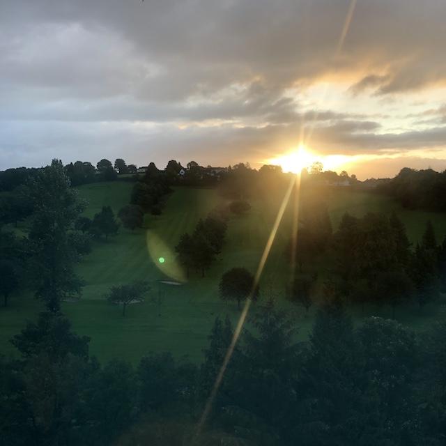 Vorteil vom Leben im Außenbezirk: Jeden Tag kann ich den Sonnenaufgang und -untergang sehen.